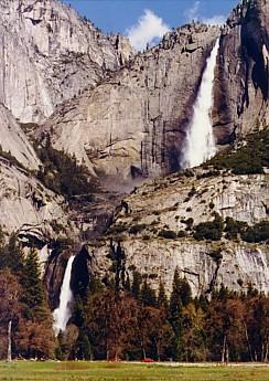 The-Yosemite-Falls-withe-the-canyon-to-t