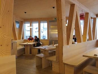 Monte-Rosa-Hutte-interior.jpg