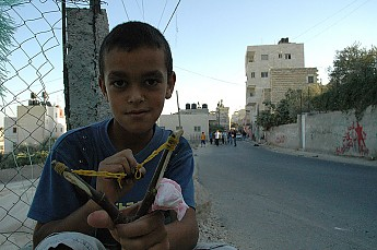 800px-Palestinian_boy_posing_with_slings